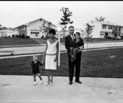 Elliott Erwitt, Ohio, Suburban Family
