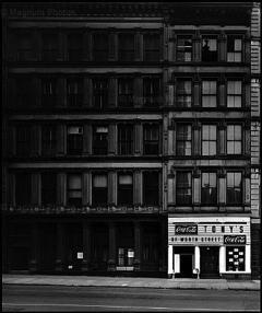 Elliott Erwitt, New York City (Tony's Restaurant), 1969